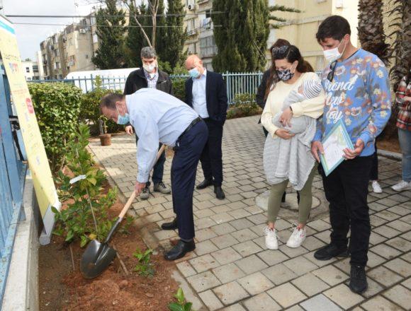 """נוטעים עתיד: עיריית תל-אביב יפו נטעה את העץ הראשון בפרויקט """"עץ לכל ילד.ה"""""""